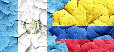 bandera de guatemala: bandera de Guatemala con la bandera de Colombia en una pared agrietada grunge