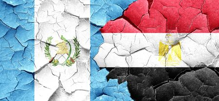 guatemala flag: bandera de Guatemala con la bandera de Egipto en una pared agrietada grunge Foto de archivo