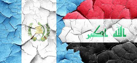 bandera de guatemala: bandera de Guatemala con la bandera de Irak en una pared agrietada grunge