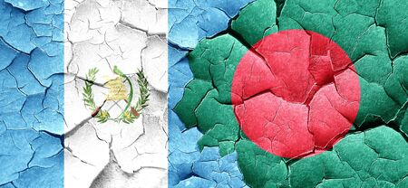 bandera de guatemala: bandera de Guatemala con la bandera de Bangladesh en una pared agrietada grunge