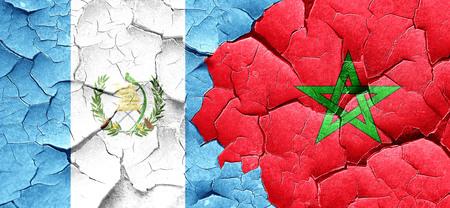 bandera de guatemala: bandera de Guatemala con la bandera de Marruecos en una pared agrietada grunge
