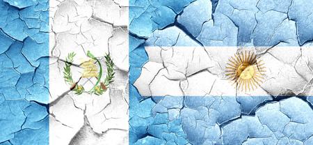 bandera de guatemala: bandera de Guatemala con la bandera argentina en una pared agrietada grunge