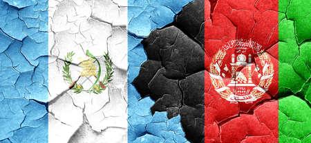 bandera de guatemala: bandera de Guatemala con la bandera de Afganistán en una pared agrietada grunge
