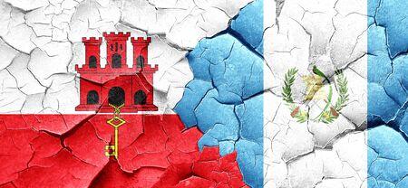 guatemala flag: Bandera de Gibraltar con la bandera de Guatemala en una pared agrietada grunge