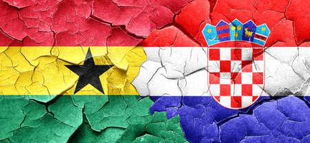 bandera croacia: bandera de Ghana con la bandera de Croacia en una pared agrietada grunge
