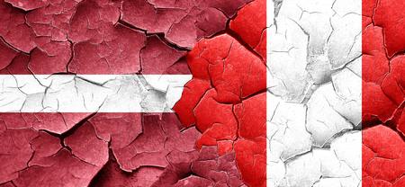 bandera de peru: bandera de Letonia con la bandera de Perú en una pared agrietada grunge