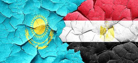 bandera egipto: bandera de Kazajistán con la bandera de Egipto en una pared agrietada grunge