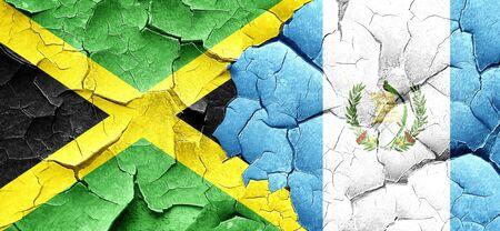 bandera de guatemala: bandera de Jamaica con la bandera de Guatemala en una pared agrietada grunge