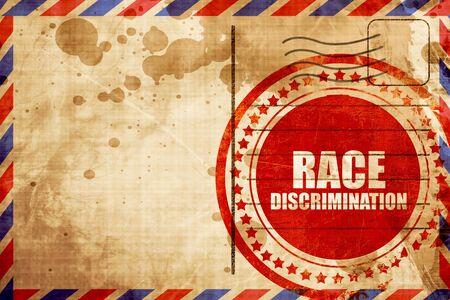 acoso laboral: la discriminación racial, grunge sello rojo sobre un fondo de correo aéreo