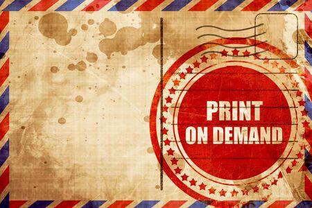 la impresión bajo demanda, grunge sello rojo sobre un fondo de correo aéreo Foto de archivo