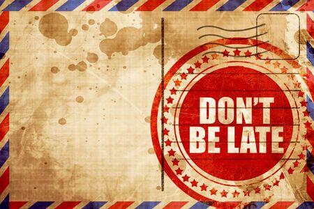 llegar tarde: que no se tarde sello, grunge rojo sobre un fondo de correo aéreo