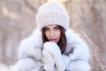 Junge Frau, die im Winter draußen steht Standard-Bild