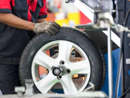 차고 내부 - 휠 - 타이어를 변경 스톡 콘텐츠