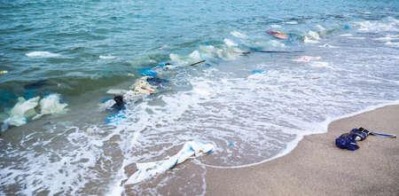Garbage afval op het strand Stockfoto