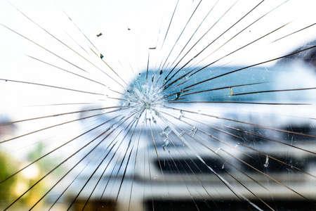 壊れたフロント ガラス