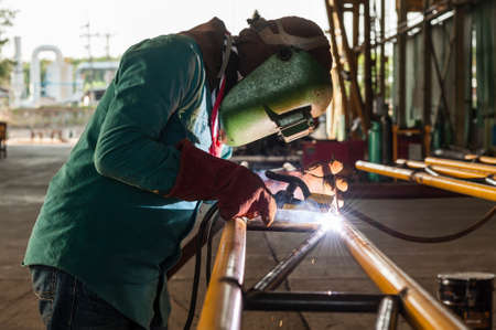 soldadura: Trabajador de soldadura de la estructura de acero
