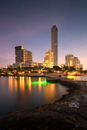 Pattaya City beach and Sea in Twilight, Thailand Imagens
