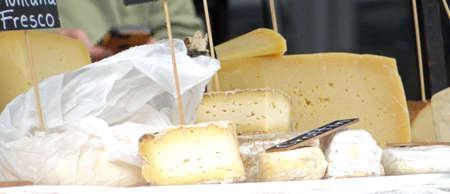 地元の市場でチーズの販売