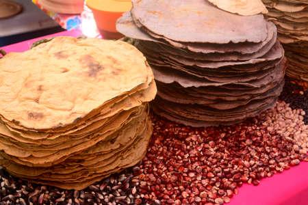 멕시코 전통 옥수수 거대한 옥수수 Tlayuda, 오악 사카 주 출신의 민족 음식