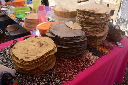 メキシコの伝統的なトウモロコシ Tlayuda、オアハカ州からエスニック料理の巨大なトルティーヤ