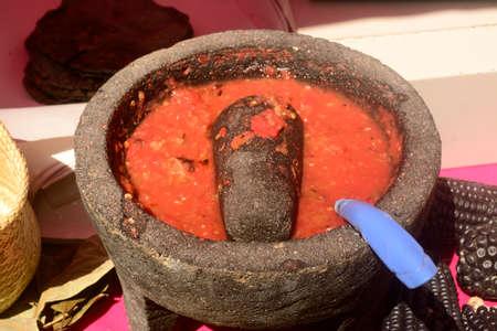 グラップル トラック、prehispanic 遺産の伝統的な砥石で行われたメキシコ トマト和え物 写真素材