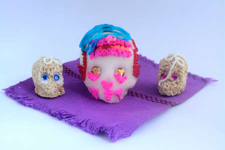 砂糖とアマランスは、死んだお祝いの日にメキシコの祭壇のための伝統的な頭蓋骨