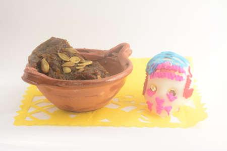 観賞用 papel picado と伝統的なシュガー スカル ピースカラバザ アン tacha として知られている piloncillo と粘土の鍋にシナモンで作ったメキシコの伝統 写真素材
