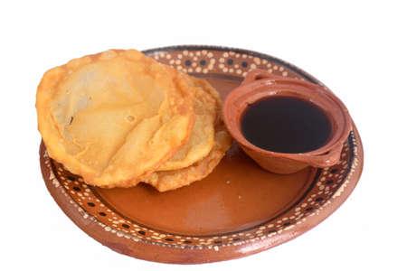 メキシコの伝統的な揚げ生地buñウエロピロンシロシロップ