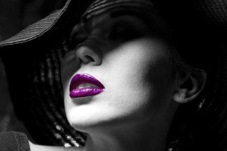 Portrét tajemné krásná mladá žena s nádherným textury kůže v černém klobouku. Trendy okouzlující módní make-up. Smyslné rty fialové. Černobílý obrázek. Art foto