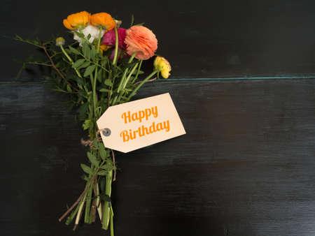 agradecimiento: Feliz cumplea�os - hermoso ramo de flores y de un campo de texto en blanco con copyspace en un fondo de madera oscura Foto de archivo