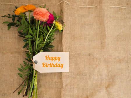 agradecimiento: Feliz cumpleaños - ramo de flores eautiful con un mensaje en tejidos de yute con copytext