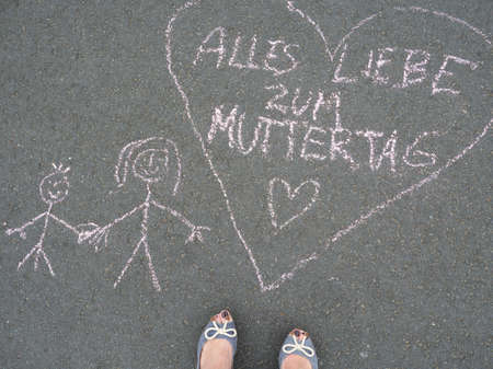 Liebe: Mothers day - heart shape and chalk drawing with the german text message - Alles Liebe zum Muttertag Stock Photo