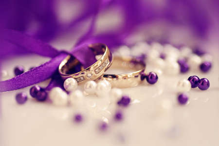 wedding rings with purple ribbon, perls, diamonds in yellow gold, wedding day, love