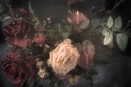 Ramo de la vendimia de rosas de tela, flores estilizadas y filtrada a parecer un cuadro antiguo, fondo del grunge