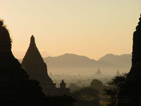 birma: Bagan bij zons opgang.  Bagan staat bekend als land van pagodas.  Hier ziet u de pagodas voor mijl en mijl om u heen.