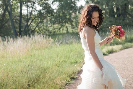 멋진 웨딩 드레스를 입고 패션 모델입니다. 스톡 콘텐츠