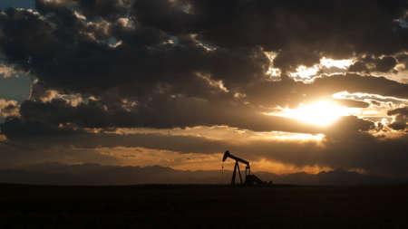 industrial landscape: Un abbigliamento silhoutte con spettacolare tramonto.