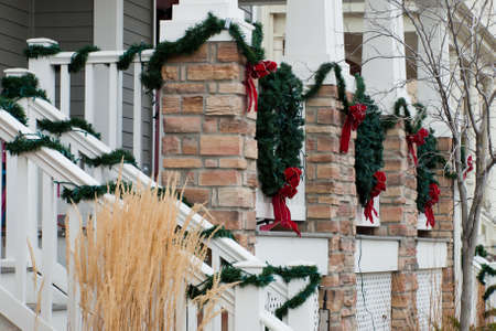 House decorated for the winter holidays. Stok Fotoğraf - 9914438