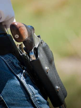 shooting target: Man met geladen maan clips voor revolver.