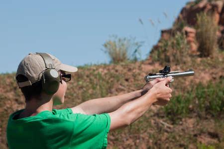hombre disparando: Objetivo shhoting en el partido de IDPA.