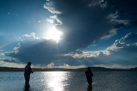 botas altas: Padre e hijo de pesca en el embalse de once millas, Colorado.