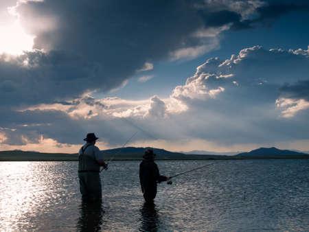 父と息子の 11 マイルの貯水池、コロラド州で釣り。 写真素材