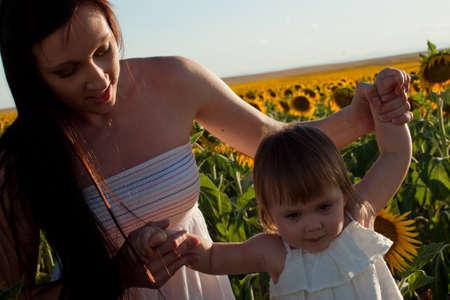 Madre e hija jugando en el campo de girasol. Foto de archivo - 10377973