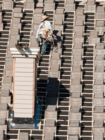 Roof repairs of an apartment building in Colorado. 新聞圖片