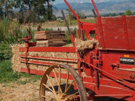 yesteryear: Maquinaria agr�cola antigua en la pantalla en el Sal�n del Cuerpo de anta�o en Longmont, Colorado. Editorial