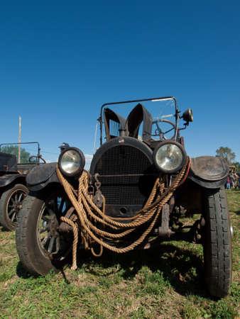 yesteryear: Viejo coche sobre la presentaci�n en el Show de granja de anta�o en Longmont, Colorado. Editorial
