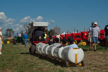 yesteryear: Ni�os entrenar en la demostraci�n de la granja Yesteryear en Longmont, Colorado.