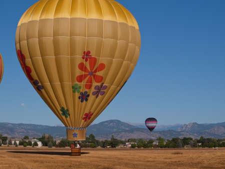 Ballons à air chaud dans un champ lors d'un festival à Loveland, Colorado. Banque d'images - 10604217