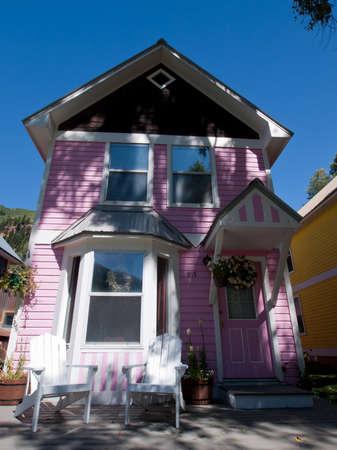 puppenhaus: Historische Dollhouse Row in Telluride, Colorado. Jedes Haus ist mit hellen Farben gemalt.