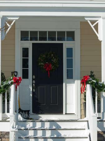 front porch: Casa decorado para las vacaciones de invierno.